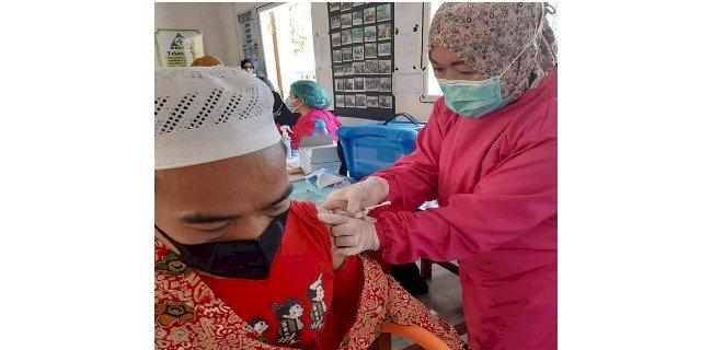 Salah seorang lansia diberikan Vaksin Covid-19/RMOLBengkulu